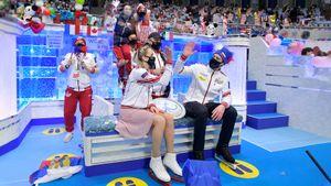 Галлямов усадил на плечи Щербакову и Мишину, Семененко признался в любви к аниме. Атмосфера командного ЧМ в Японии