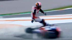 Авария на этапе MotoGP: мотоцикл на полной скорости сбил гонщика