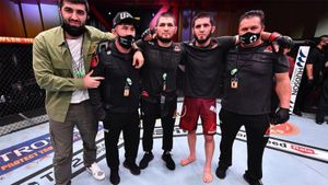 UFC показал эмоциональную реакцию Хабиба на победу Махачева: видео