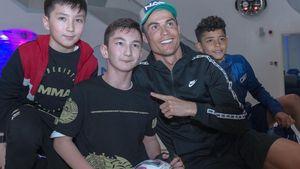 Роналду сыграл вфутбол сродившимся без ног мальчиком изКазахстана: видео