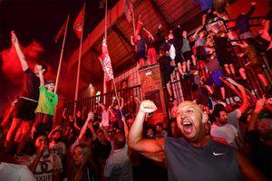 «Пандемия им не помеха». Фанаты «Ливерпуля» устроили массовые празднования первого за 30 лет чемпионства: видео