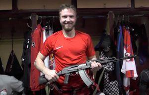 Вхоккейном клубе изИжевска лучшему игроку матча вручили автомат Калашникова