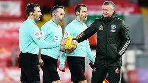 Нелепое решение в ключевой игре АПЛ: реф закончил тайм при атаке «Ливерпуля» на ворота «МЮ», хотя время не вышло