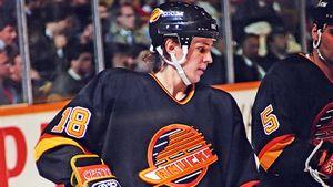 Великий гол русского хоккеиста Ларионова. Он на паузе уложил на лед вратаря на глазах у великого Гретцки