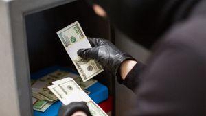 Тренера «Сочи» обокрали в отеле. Преступники забрали доллары и евро, но не тронули рубли — около 1 млн