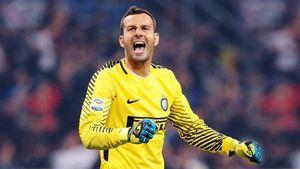 Самир Ханданович выдал серию чудовищных сейвов в матче с «Лацио». Звериная реакция