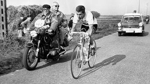 Велогонщик Симпсон умер на трассе из-за допинга. После его смерти создали список запрещенных веществ