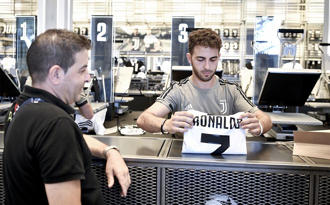 «Ювентус» продаёт поодной футболке Роналду заминуту