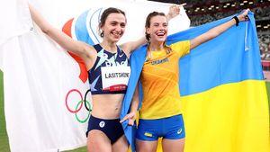 Украинские СМИ в бешенстве от фото их легкоатлетки с русской звездой: «Она обнималась с доверенным лицом Путина»