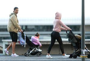 Роналду прогулялся с девушкой и детьми по родному городу, несмотря на пандемию коронавируса: фото