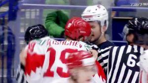 Русский хоккеист боднул американца головой вматче молодежного ЧМ: видео