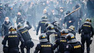Жесткий разгон митинга против коронавирусных ограничений в Чехии. Полиция скрутила фанатов: фото