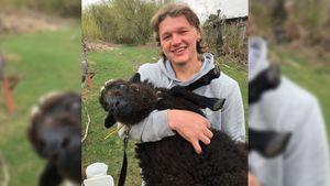 Олимпийскому чемпиону Капризову подарили надень рождения овцу: «Назвали Катей»