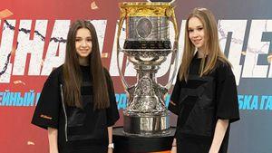 Фигуристки Валиева и Хромых развлеклись на матче «Зенита»: танец со звездой тиктока, позирование с Кубком Гагарина