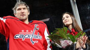 Жена Овечкина показала плакат, который повесили наворотах дома хоккеиста