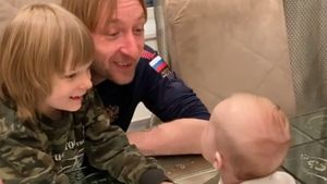 «Они почти договорились, и он послал ей воздушный поцелуй!» Плющенко выложил милое видео с сыном Арсением