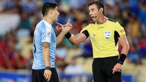 Суарес требовал пенальти за игру рукой вратаря. На Копа Америка скучно не бывает