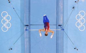 «Надо делать просто как умею». Гимнаст Карцев— о падении с перекладины на Олимпиаде