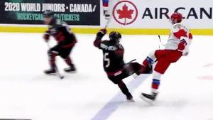Канадец уложил русского хоккеиста на лед жестким силовым. Мощный хит в финале МЧМ: видео