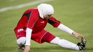 Реакция футболисток на слетевший с головы соперницы хиджаб стала вирусной в интернете