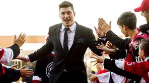 Фанаты клуба НХЛ тепло встретили бывшего игрока команды. Он похлопал им, вышел на лед и положил гол
