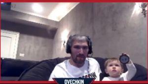 Жена Овечкина показала, как их сын подглядывал за игрой отца против Гретцки в NHL 20: милое видео