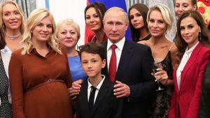 «Девушки — приятные и интересные». Жена футболиста сборной России — о знакомствах на награждении у Путина