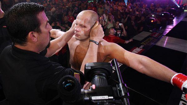 Падал на шею с высоты, душил чемпионов UFC и не проигрывал 10 лет. Бои, которые прославили Емельяненко на весь мир
