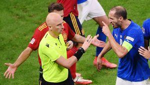 «Этот русский свистит наугад». Болельщики сборной Италии уничтожают Карасева за удаление Бонуччи