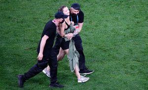 Девушка, рекламирующая криптовалюту, выбежала на поле во время матча Евро-2020 в Санкт-Петербурге: фото