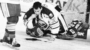 Самая жуткая травма в истории хоккея. Вратарю перерезали горло коньком, он залил лед кровью, наложили 300 швов