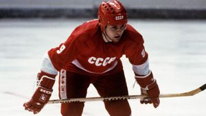 Великий гол советского хоккеиста Крутова. Он укатился за ворота Канады, но забросил последнюю шайбу за сборную СССР