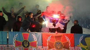 Фанаты сожгли российский флаг во время матча чемпионата Украины