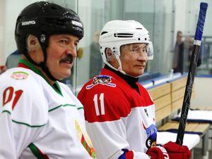 Путин иЛукашенко сыграли вхоккей заодну команду. Президент РФзабросил три шайбы