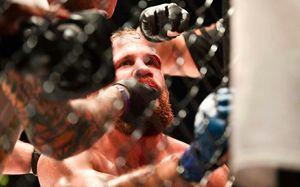 Болтающаяся рука, глухой нокаут и удушение до потери сознания. Жаркий вечер MMA в Англии
