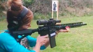 «Миссия успешно выполнена». Биатлонистка Коукалова отработала стрелковые навыки с помощью винтовки и пистолета