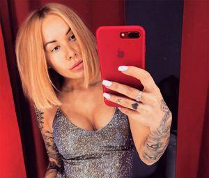 Жена украинского футболиста сделала необычную татуировку на груди