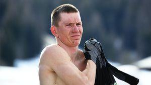 Лучший лыжник мира Большунов выложил фото с овчаркой в парилке в бане