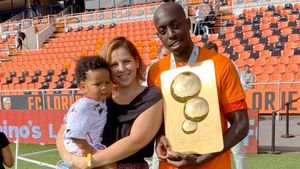 Футболисту «Лорьяна» плеснули кислотой в лицо, чтобы украсть его ребенка. Он получил ожоги глаз
