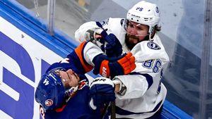 Массовая драка в НХЛ, спровоцированная русским хоккеистом Кучеровым. Он бил канадца Пажо со спины: видео