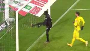 Курьезная ошибка вратаря и защитника «Вердера». Они устроили для соперника выход на пустые ворота: видео