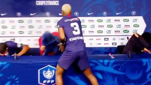 Кимпембе ворвался на пресс-конференцию и облил шампанским тренера «ПСЖ» Тухеля: видео