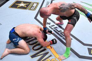 Русский боец из Гонконга Саша Палатников дебютировал в UFC победой техническим нокаутом над американцем Коске