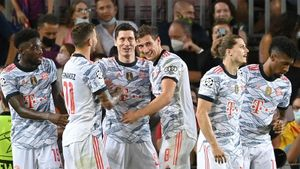 Дубль Левандовски помог «Баварии» разгромить «Барселону», киевское «Динамо» сыграло вничью с «Бенфикой»