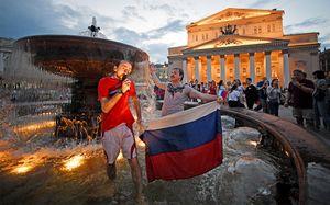Пиво из ботинка, песни про Акинфеева и дикий угар. Как Россия праздновала великую победу сборной