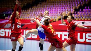 Русские гандболистки спасли игру с Черногорией, бросившись на пол за мячом. Это 4-я подряд победа на Евро-2020