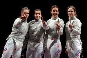 Что с саблисткой, которая не получила медаль Олимпиады? Позднякова подарила букет, а Великая готова идти в Кремль