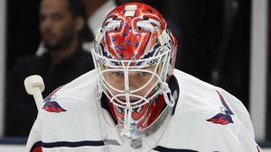 Грубая ошибка русского голкипера Самсонова в НХЛ. Он отдал шайбу сопернику и не успел вернуться в ворота: видео