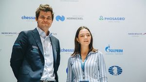 Медведева сделала символический первый ход на шахматном турнире в Сочи: «Немного волновалась рядом с Карлсеном»