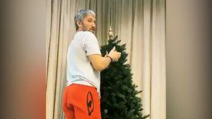 Жена Овечкина показала, как хоккеист «Вашингтона» украшает новогоднюю елку в России: видео